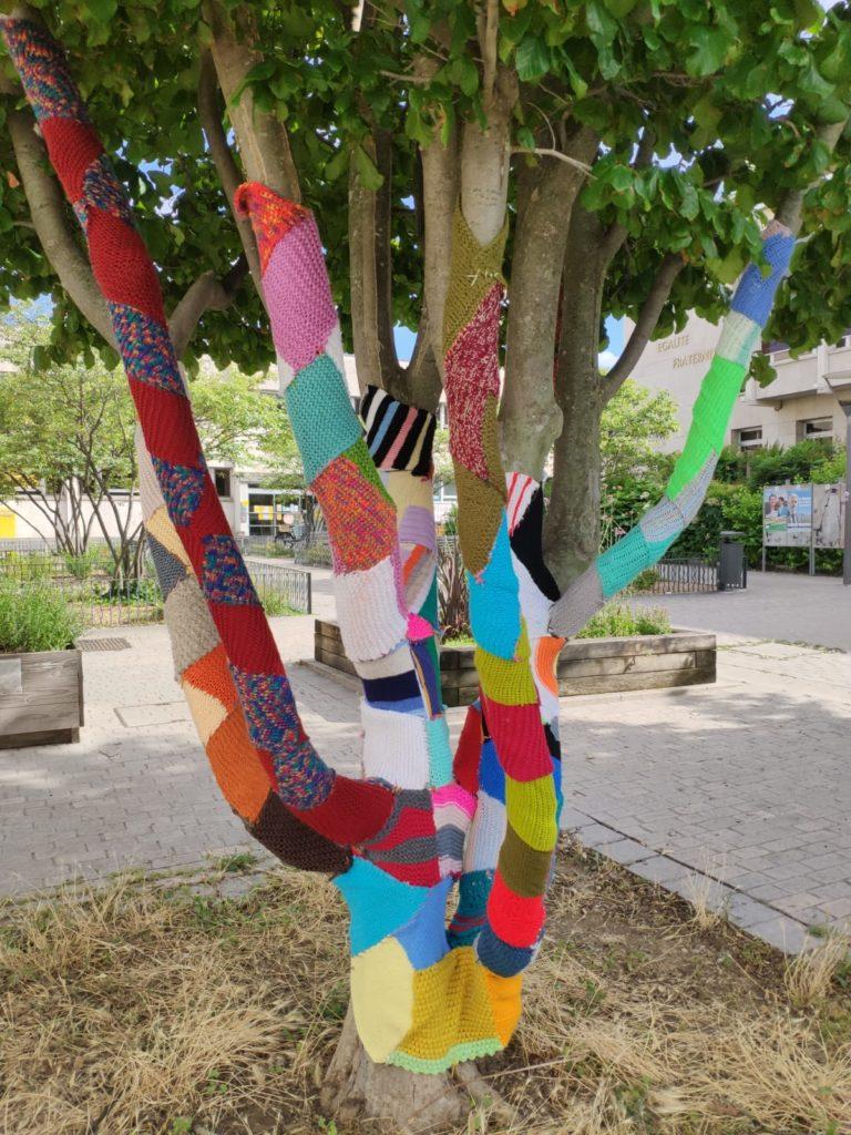 un arbre recouvert de laine